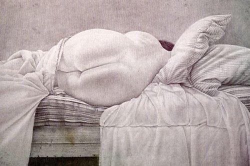 Desnudo acostado de espaldas con almohadas