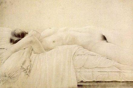 Desnudo acostado sobre edredon