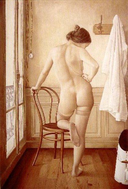 Desnudo con camisa blanca colgada