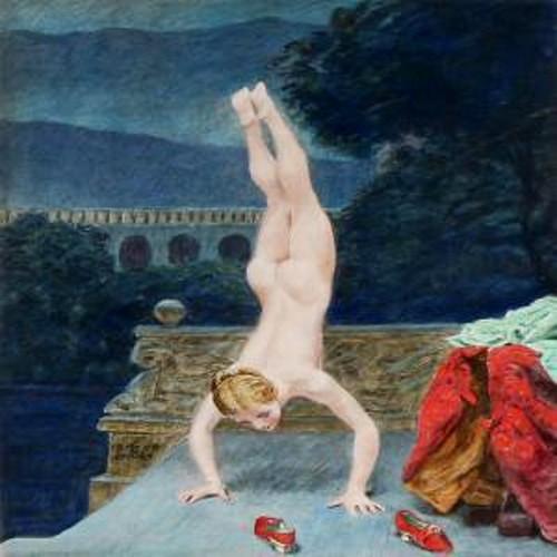 Femme nue faisant le poirier