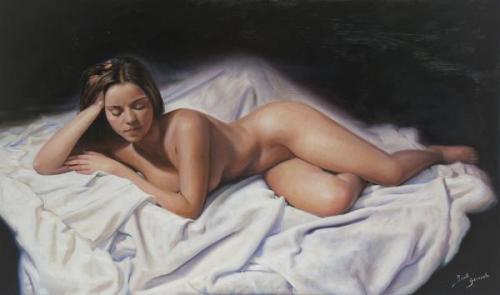Desnudo sobre sabanas blancas